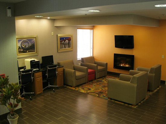 Best Western Harrisburg/Hershey Hotel: Sitting area in the lobby near electric fire place and business center