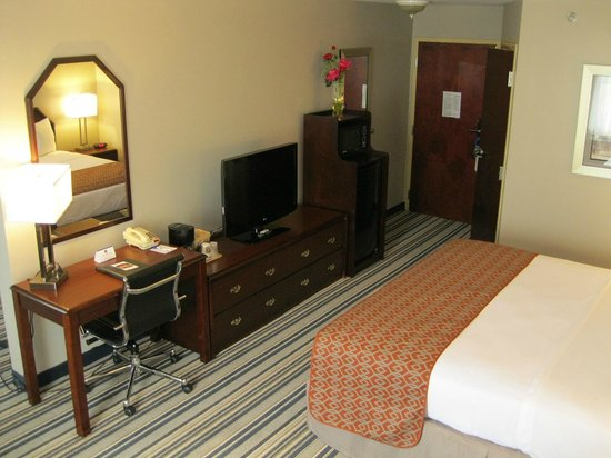 Best Western Harrisburg/Hershey Hotel: King bed room with a glimpse of all furniture in the room for the guest's confort