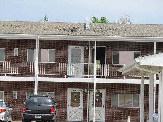 Budget Host Exit 254 Inn: Center of two story structure, notice roofing material in disrepair.