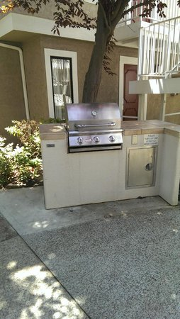 Residence Inn San Diego La Jolla : BBQ Grills right outside the rooms