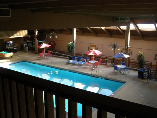 Rocky Mountain Park Inn: Looking down to the pool area.