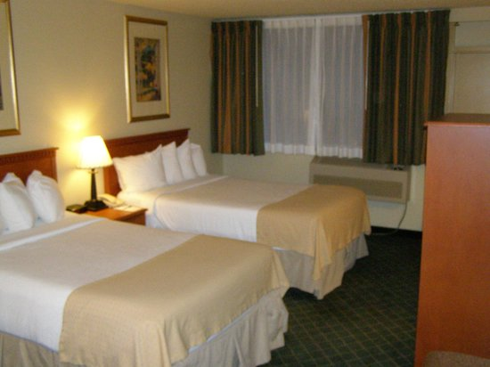 Rocky Mountain Park Inn: Our hotel room.