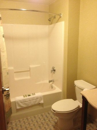 Maui Sands Resort & Indoor Waterpark: Master bathroom in a King Kamehameha Suite
