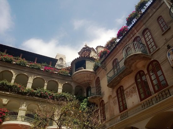 Mission Inn Restaurant: Looking up to the Glockenspiel