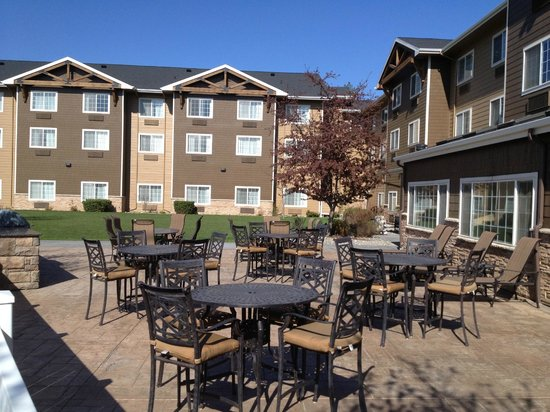 Holiday Inn Express Pullman: Outside patio with BBQ