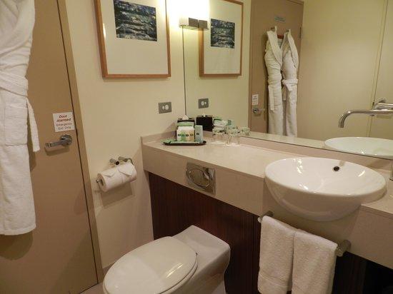 Courtyard Sydney-North Ryde : Main bathroom