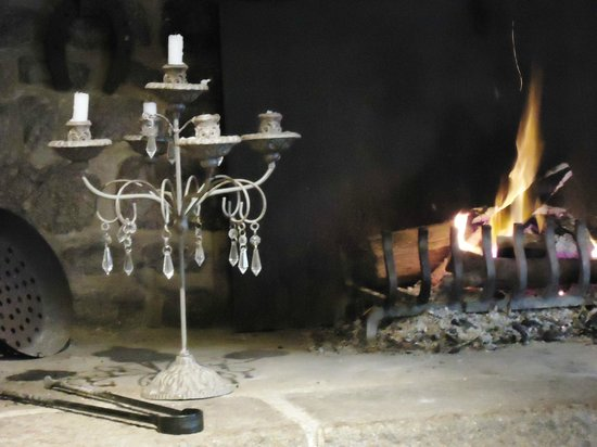 L'Angeviniere - Gites et Chambres D'Hotes: Breakfast by the fire