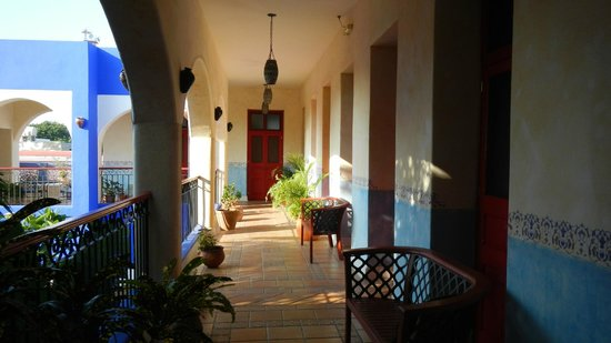 Hotel Medio Mundo : Hallway but our room.