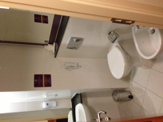 Premier Inn Abu Dhabi Capital Centre Hotel: Toilet