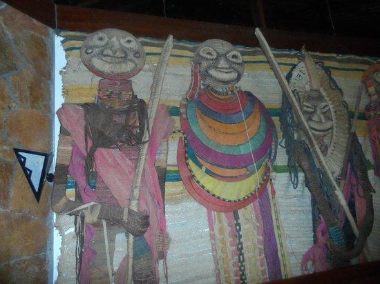 Ol Tukai Lodge: Murals in the TV room