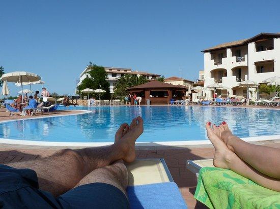Eden Village Club La Caletta : la piscina, il chiosco e pezzo della struttura