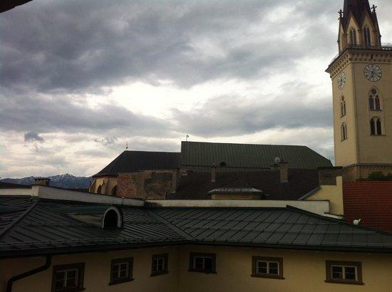 Romantik Hotel Post: blick aus dem Zimmer, über den Dächern von Villach hinweg.