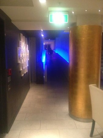 The Quadrant Hotel and Suites Auckland: Exit from elevators back through to reception...