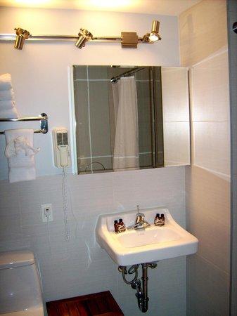 Sanctuary NYC Retreats: Bad rechts ist die Dusche