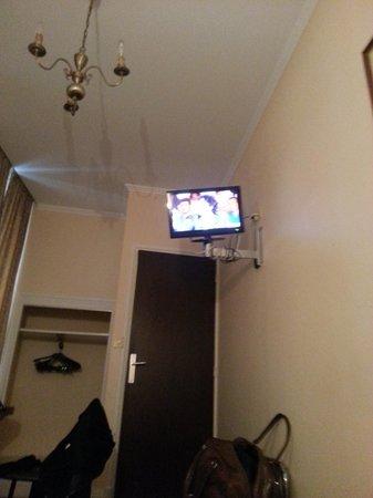 Hôtel du Helder : la télé super droite...
