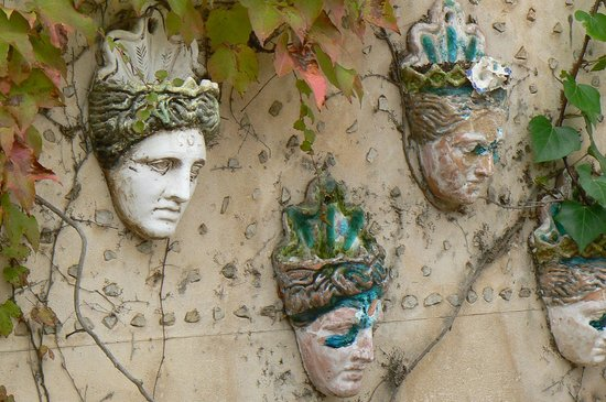Be Live Collection Son Antem : Masks on a wall in Valdemossa