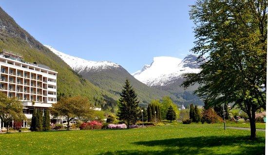 """Hotel Alexandra: Garden and mountain """"Skåla"""""""
