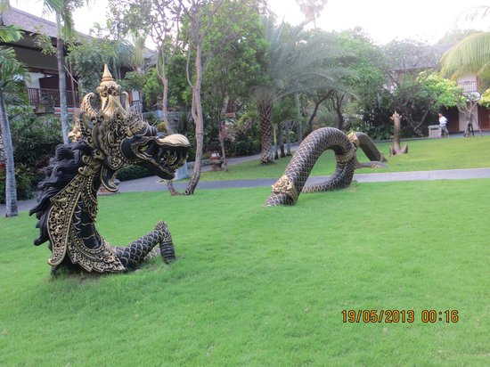 Padma Resort Legian: The beautiful Dragon in one of the Hotel Lawns