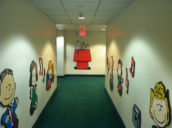 Knott's Berry Farm Hotel: hallway of Camp Snoopy... as good as it gets... which needs help
