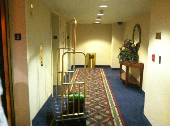 Knott's Berry Farm Hotel: second floor elevator waiting foyer