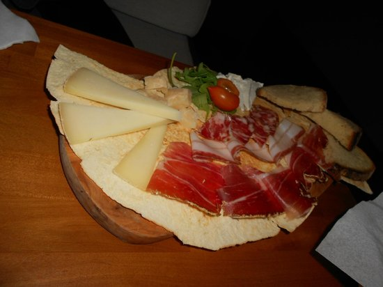 INU Sardinian Wine Bar : Tagliere misto Piccolo