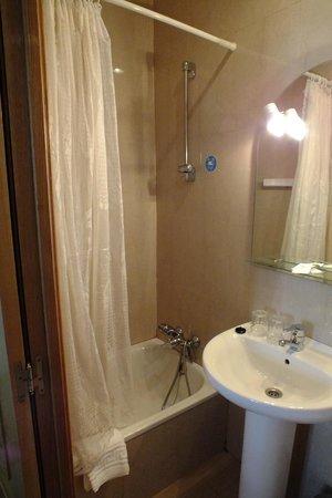 Hostal Retiro: Cuarto de baño hab. triple
