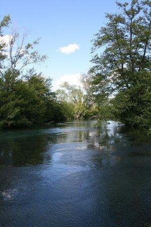 Camping Airotel La Sorguette : ...Veduta del fiume Sorgue accanto al campeggio...