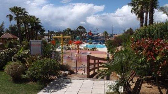 Alfagar Alto da Colina: Spash area a slide pool in background