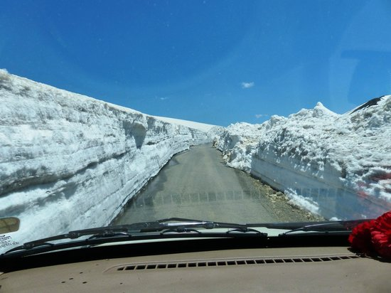 Sinthan Top : Snow wall on both sides of the road