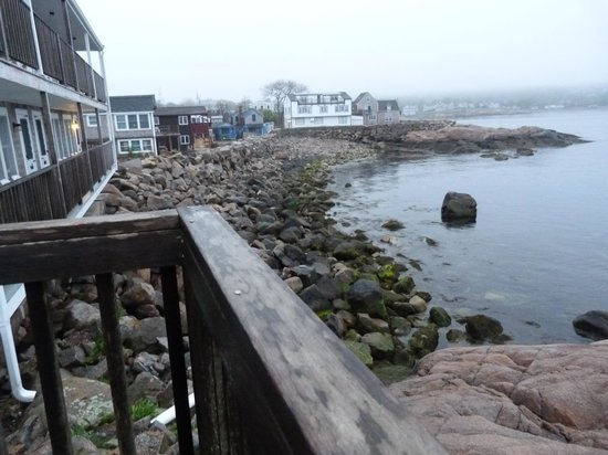 ‪‪Bearskin Neck Motor Lodge‬: Deck showing elevation over rocks‬