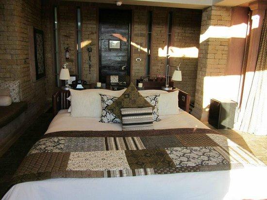 Pashan Garh: Luxurious bed