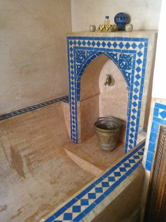 Riad Dalia: Tub and Shower