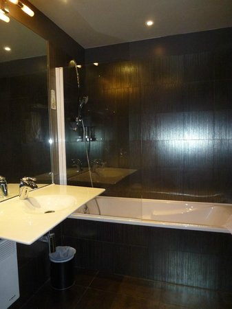 Le Fabe Hotel: Bathroom