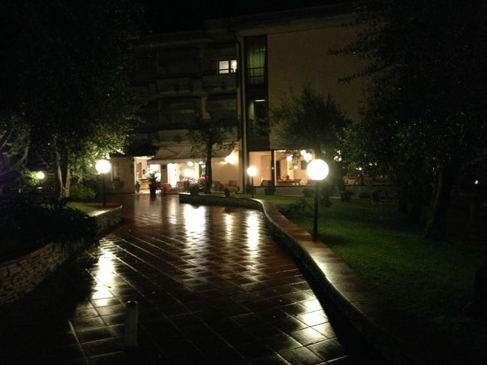 Hotel Desiree Sirmione : The hotel at night