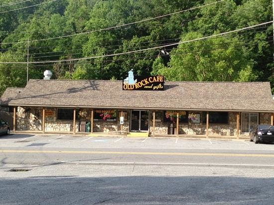 Old Rock Café : At the foot of Chimney Rock