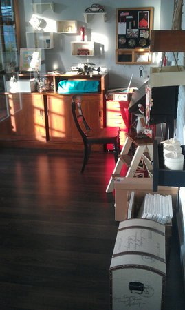 Cottonwood Bed & Breakfast: The Gift shop lit by the sun