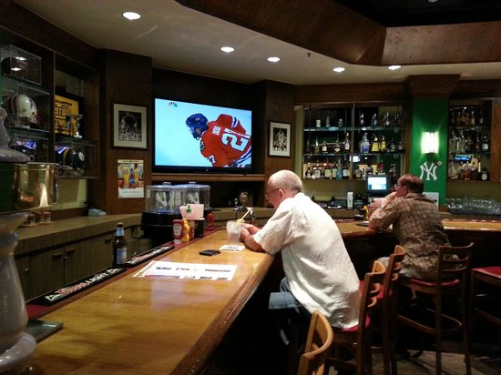 Champions Sports Bar & Restaurant: Bar scene