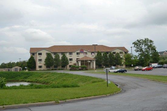 La Quinta Inn & Suites Fairborn Wright-Patterson: The exterior