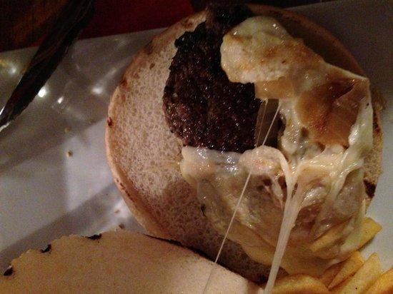 Hippopotamus Marseille Vieux Port : Voilà la taille du burger et de la viande.. Ridicule et pas bon !