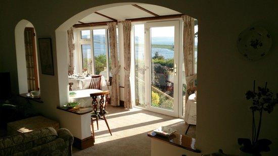 Linger Lodge: Breakfast area & accompanying views!