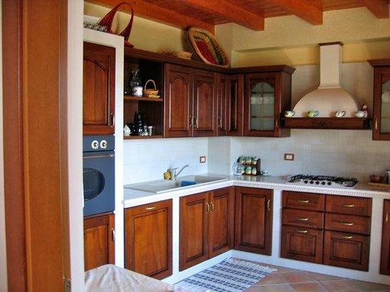 Dimora Al Castello: Fully equipped kitchen