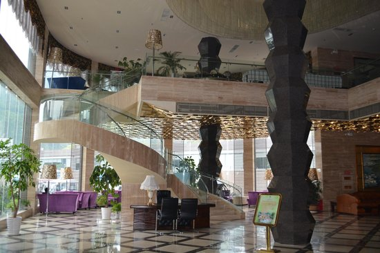 Dazheng Hot Spring Holiday Hotel : Stairway from Reception to Dining area