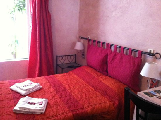 Hotel Couleurs du Sud: Tiny room (st floor) with view to a small yard