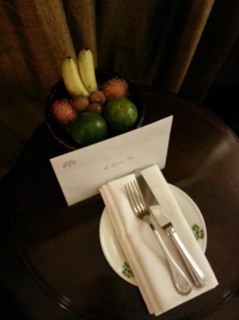 Raffles Grand Hotel d'Angkor: Welcome letter and fruit bowl