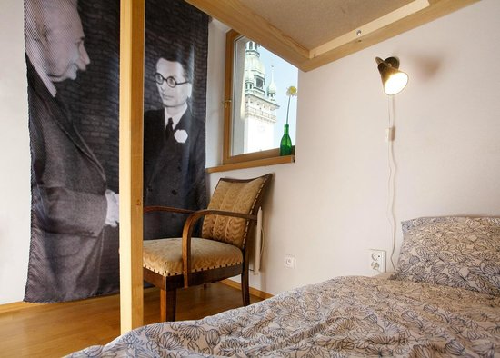"""Hostel Cafe Mitte: Single room """"Godel"""" with view to the Old Town Hall"""