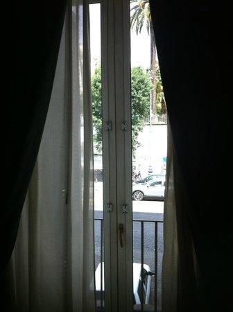 Hotel Del Real Orto Botanico : finestra su via Foria