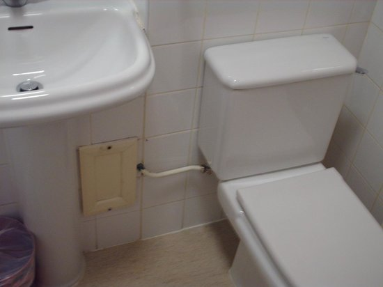 Ashburn Court Apartments: bathroom