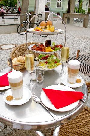 Café / Restaurant Central: Unser Etagerenfrühstück für Zwei