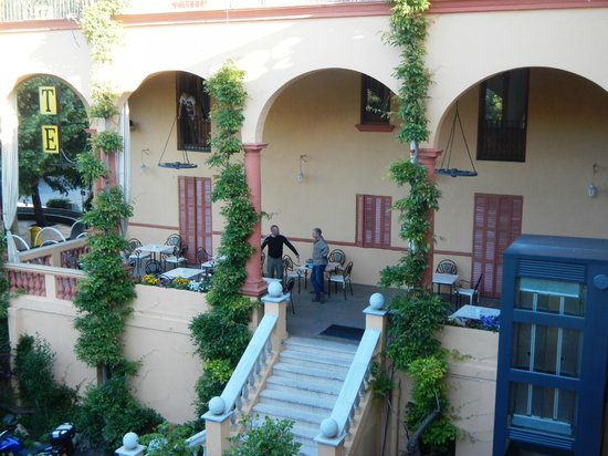 Hotel ANDRIA: Hotel courtyard....