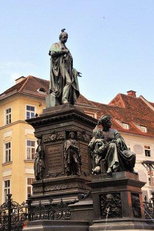 Hauptplatz : Der Erzherzog-Johann-Brunnen mit den allegorischen Darstellungen der 4 historischen steirischen